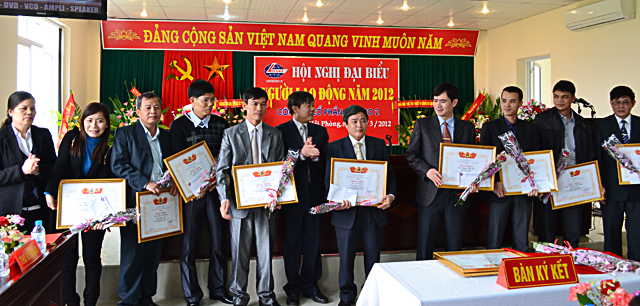 NGHỊ QUYẾT HỘI NGHỊ NGƯỜI LAO ĐỘNG NĂM 2012